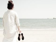 素足とまだ熱くない砂浜。
