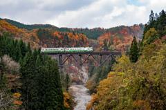 秋の渓谷を行く
