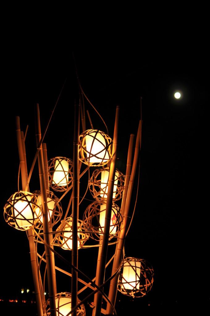 天に金の輪、地に燈花