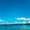 空の青・海の青