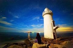 夜の灯台と星空