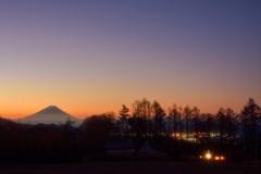 夜明けの富士と北杜の街