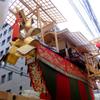 大船鉾を見上げる