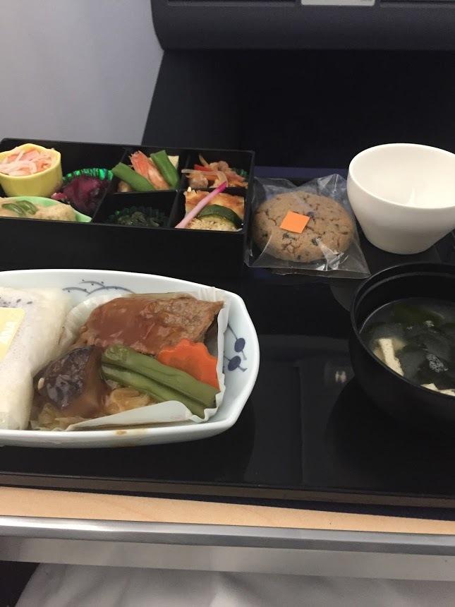 岡本数春と豪華な機内食