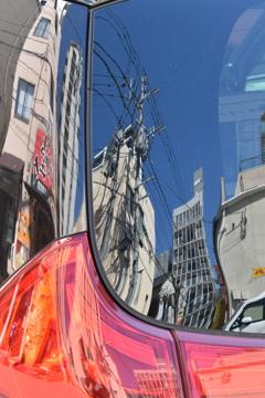 リアガラスに映る街景
