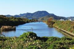 水路の先に臨む 柑子岳