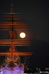 剣岳にのぼる満月