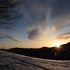 登山道照らす朝日