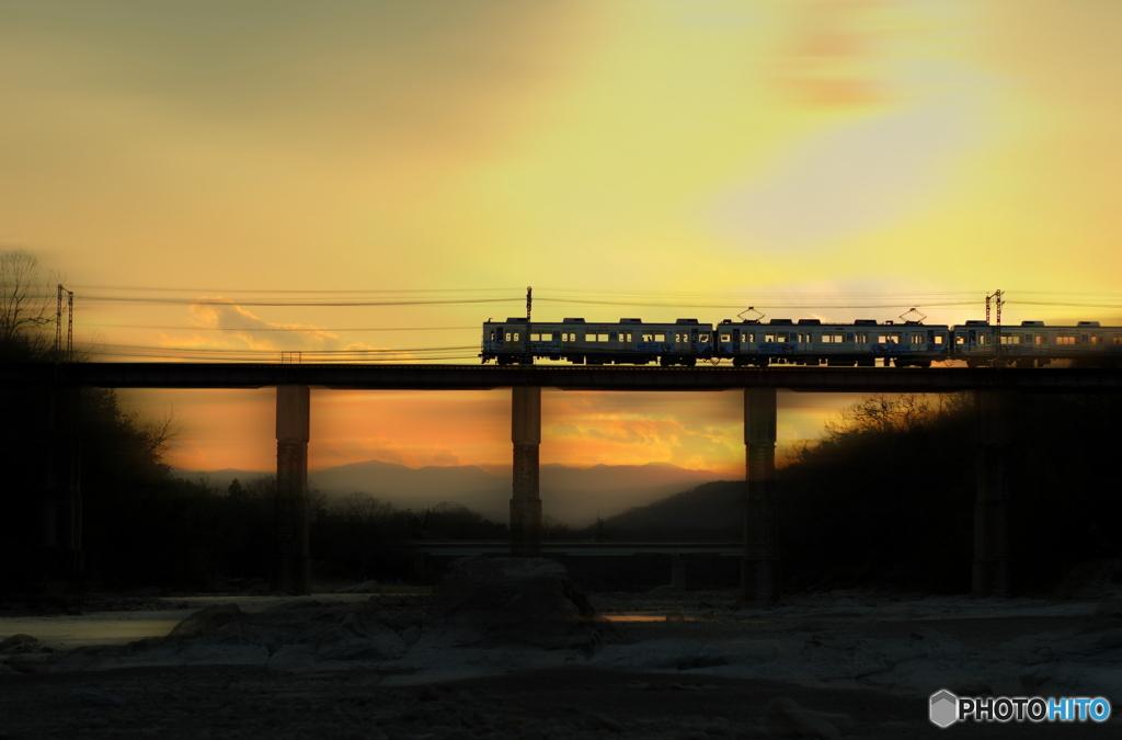 夕暮れの鉄橋を行く