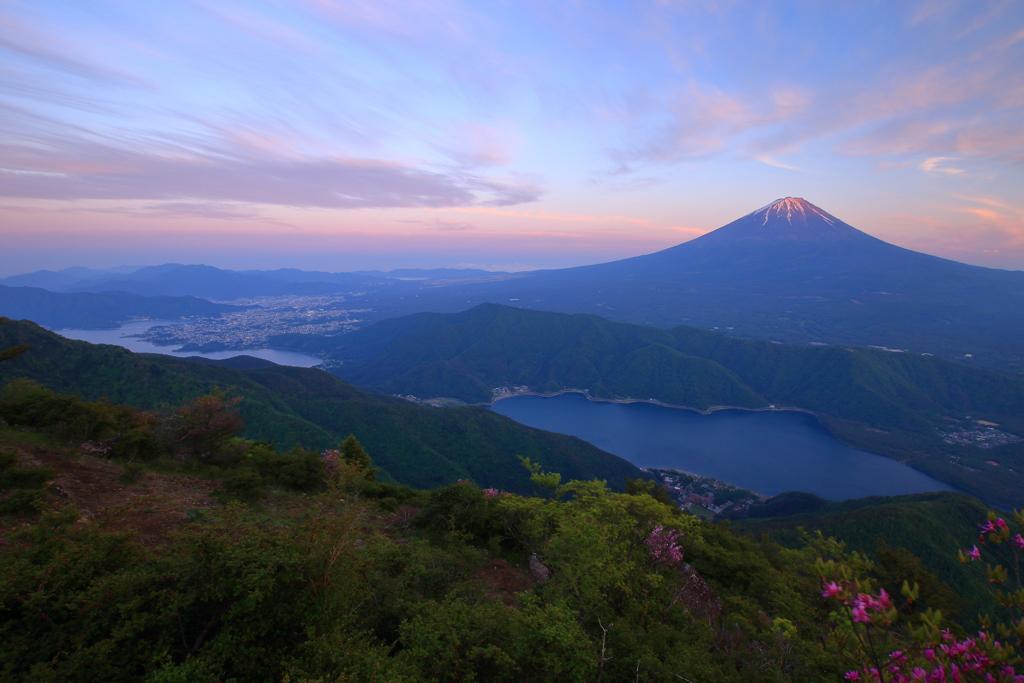雪頭ケ岳から望む富士山と富士二湖(夕景)