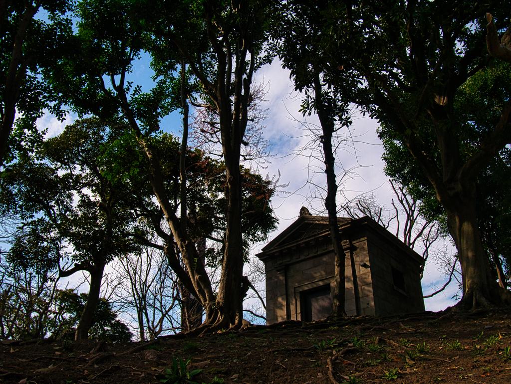 丘の上にある祠