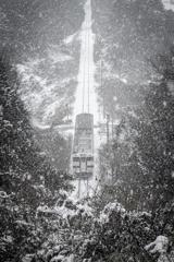 積雪を進む単線列車