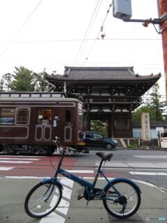 広隆寺と路面電車と自転車