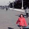 天安門広場を歩く女の子