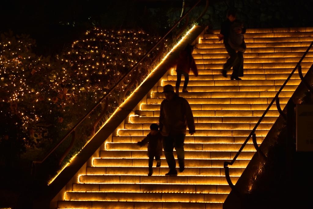 光の階段下る
