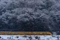 雪の中を行く「明智光秀ラッピング車両」