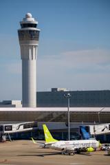 管制塔と旅客機