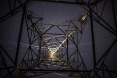 鉄塔の下から見上げる夜空