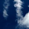 深い空と白い雲