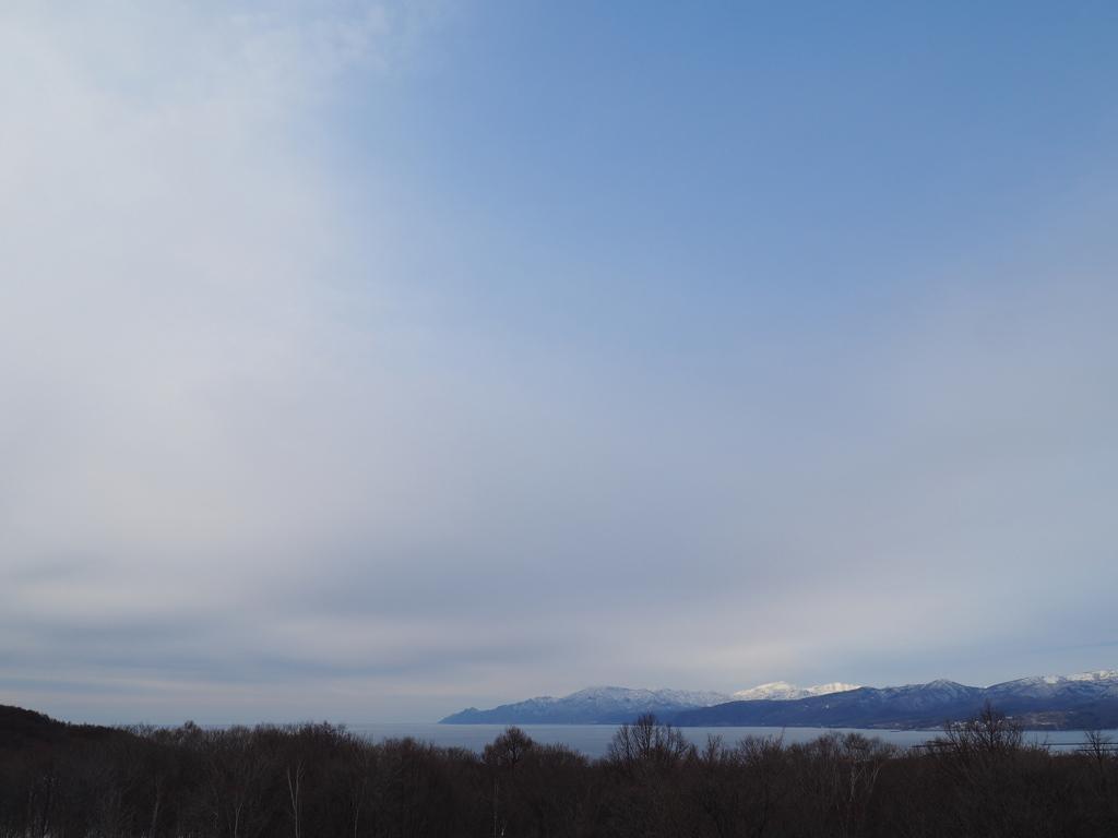 積丹の山に陽が当たる