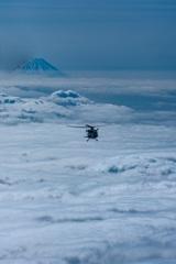 雲海の富士に向かい出動