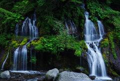 水と岩と植物の共演;たそがれ時の吐竜の滝