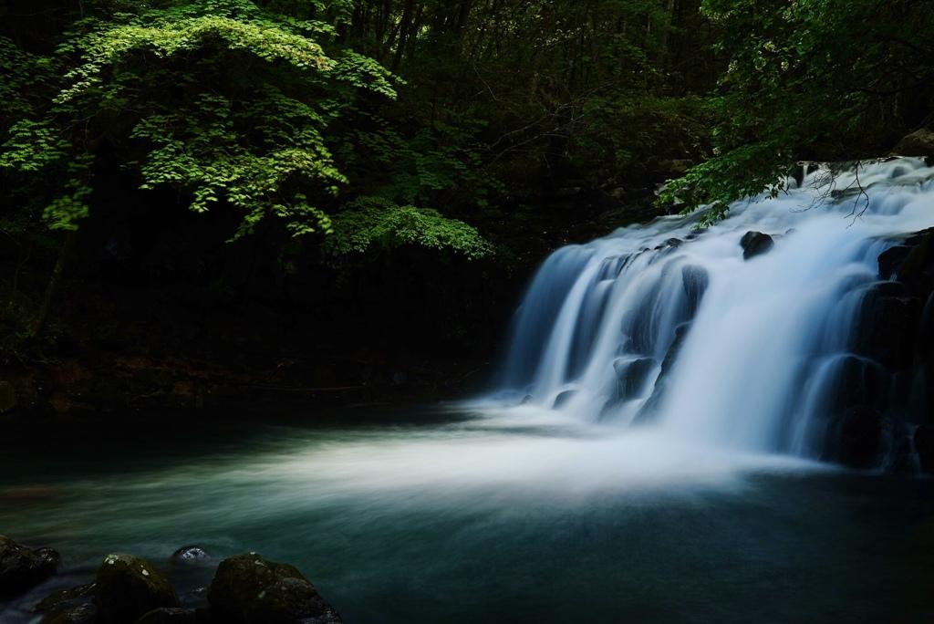 翳り陽の蓼科大滝