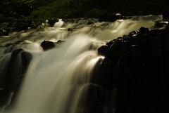 滝に差す陽光