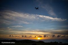 夕日と軍用機