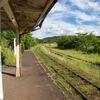 列車と夏を待つホーム