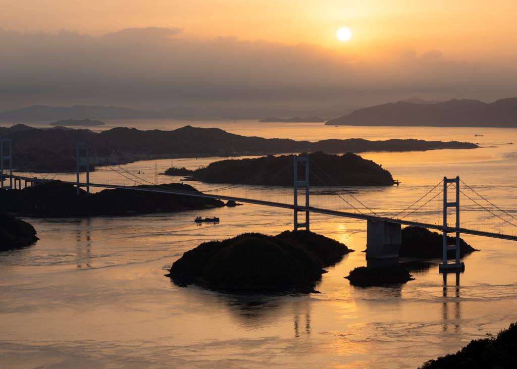 夕陽に染まる来島海峡