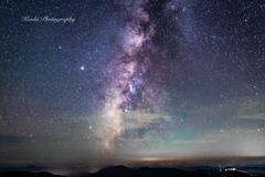 天の川銀河を横切るペルセウス座流星群