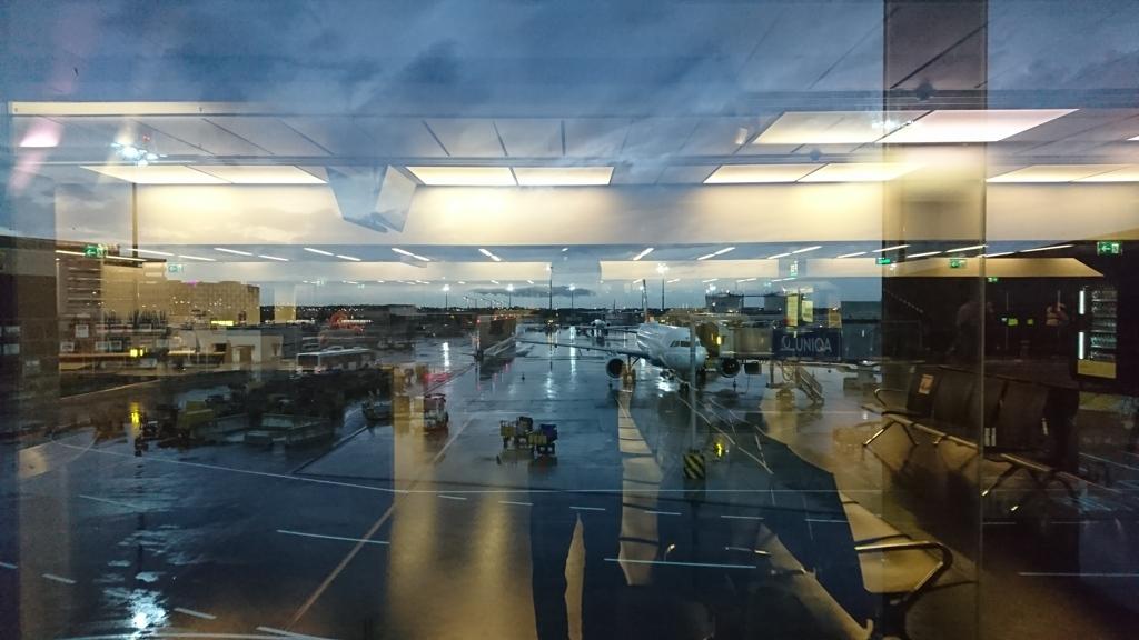 雨のウィーン国際空港