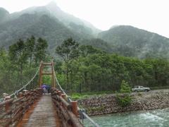 雨の明神橋