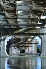 橋梁の下はタイムトンネルだった