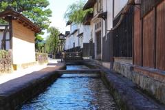川の流れる町