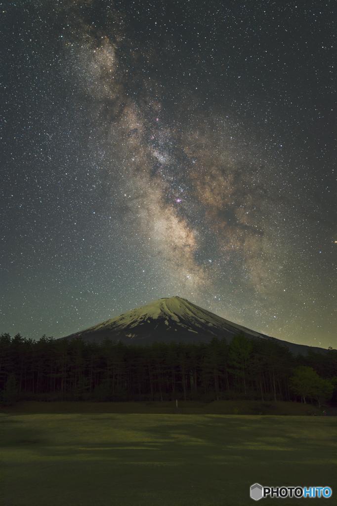 富士に夏の天の川昇る