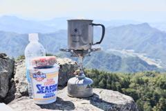 山頂でお昼にします。