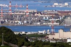 水島臨海工場地帯を走る貨物列車