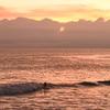 夕陽とサーファー