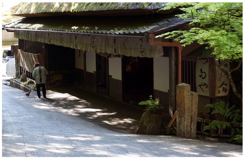 ぶらり京都・・・道を掃く