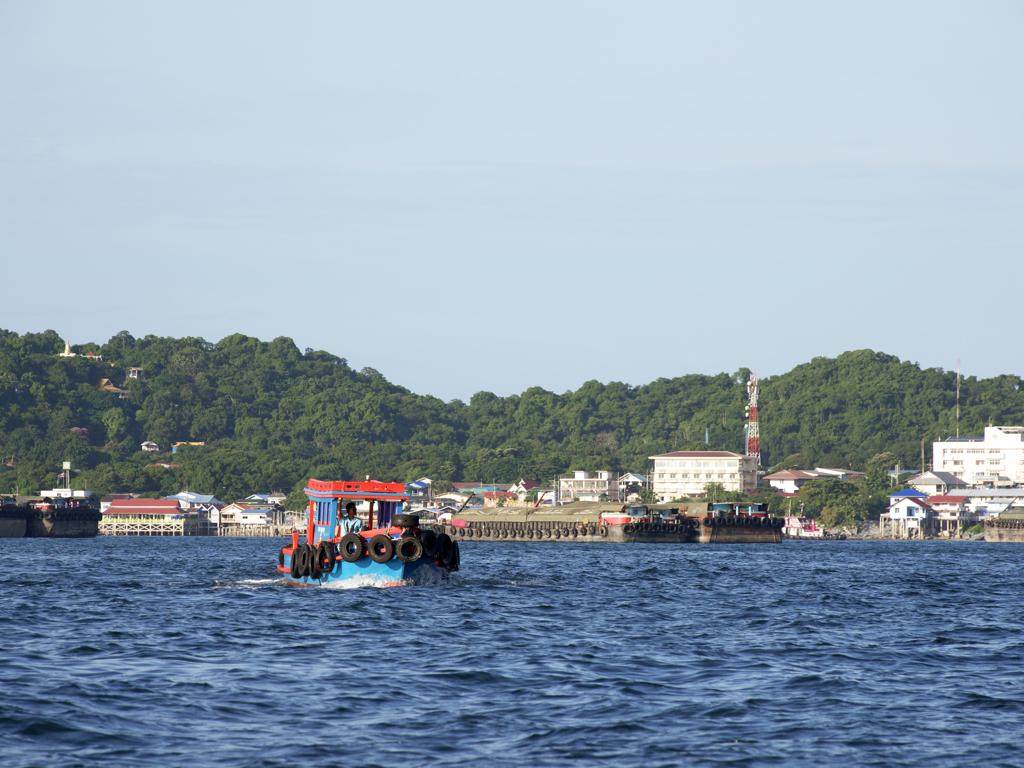 カラフルな個人の漁船。