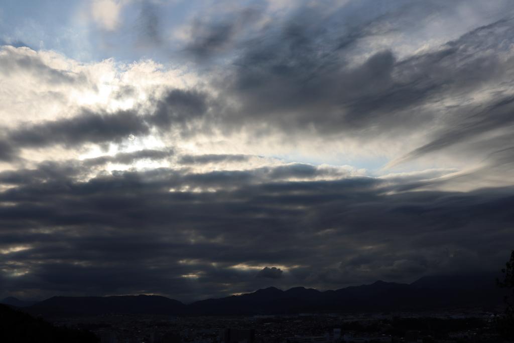 雨雲に隠れる夕陽