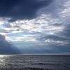島曇りの伊豆大島を照らす