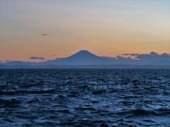 静かな富士と荒れる波