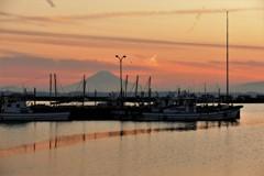 夕凪の港…空と海のリボンアート