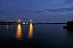 深まりゆく蒼の漁港にて