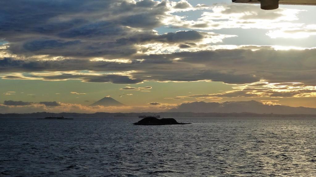雲間の遠景富士