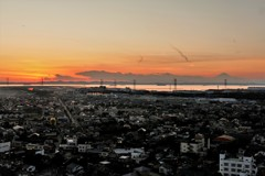 遠くに富士を望む岬の街の夕景