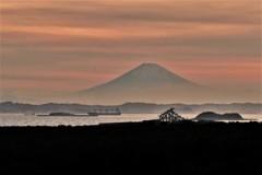 富士の見える湾口の夕景・・・早瀬の船・海堡 海峡